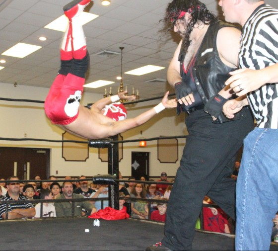 The returning Xander Page manhandles El Destructico